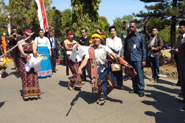 Tarian perang Woleka, saat menyambut kedatangan Gubernur NTT Viktor Bungtilu Laiskodat dan Wakil Gubernur NTTJosef Nae Soi