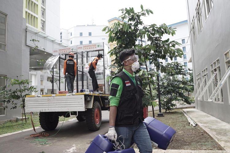 Tim relawan Dompet Dhuafa tengah mempersiapkan cairan untuk disinfection chamber di sejumlah fasilitas publik.