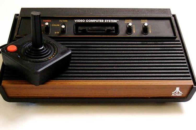 Konsol game Atari 2600 dengan desain aksen kayu