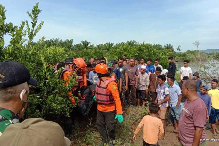 Tim SAR melakukan evakuasi terhadap korban yang diduga diterkam buaya, Selasa (19/1/2021)