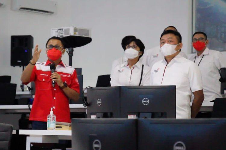 Direktur Utama Telkom Ririek Adriansyah (tengah) disaksikan Direktur Consumer Service Telkom FM Venusiana R (kiri) dan Direktur Utama Telkom Akses Semly Saalino (kanan) meresmikan Telkom Akses Command Center di Legok, Banten beberapa waktu yang lalu.