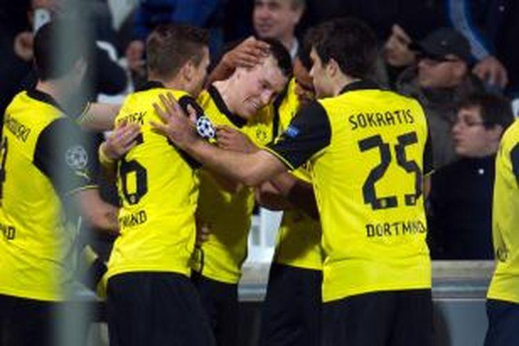 Gelandang Borussia Dortmund Kevin Grosskreutz (tengah) mendapat ucapan selamat dari rekan-rekannya usai mencetak gol ke gawang Marseille, pada pertandingan keenam Grup F Liga Champions, di Velodrome Stadium, Marseille, Rabu (11/12/2013).