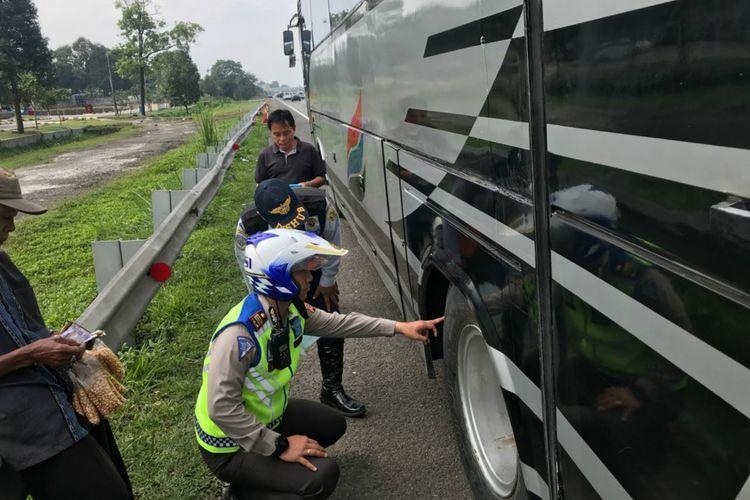 Petugas Satlantas Polres Bogor dan Dishub Kabupaten Bogor memeriksa kelaikan kendaraan bus yang melintas di Tol Ciawi KM 45, Minggu (9/9/2018).