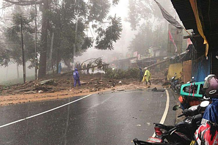Ilustrasi longsor di jalur Puncak Bogor.