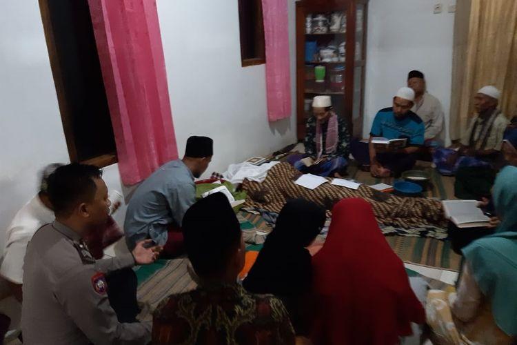 Sambaran petir menewaskan satu orang petani di Bogor bernama Jaya (54) asal Kampung Jangkar RT02/01, Desa Mekarwangi, Kecamatan Cariu, Kabupaten Bogor, Jawa Barat, Kamis (5/12/2019) sekira pukul 17.00 WIB.