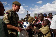 Di Kenya, Pangeran William Temui Pasukan Inggris dan Bermain Sepak Bola
