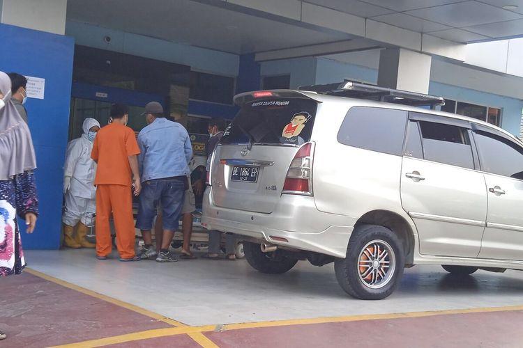 Pasien Covid-19 di IGD RS Abdul Moeloek (RSAM) Bandar Lampung membludak pada Rabu (7/7/2021). Sebanyak 162 pasien dari kabupaten datang ke RSAM dari siang hingga malam. Para pasien alami gejala sesak napas dan dirujuk ke RSAM karena langkanya tabung gas di RS kabupaten.
