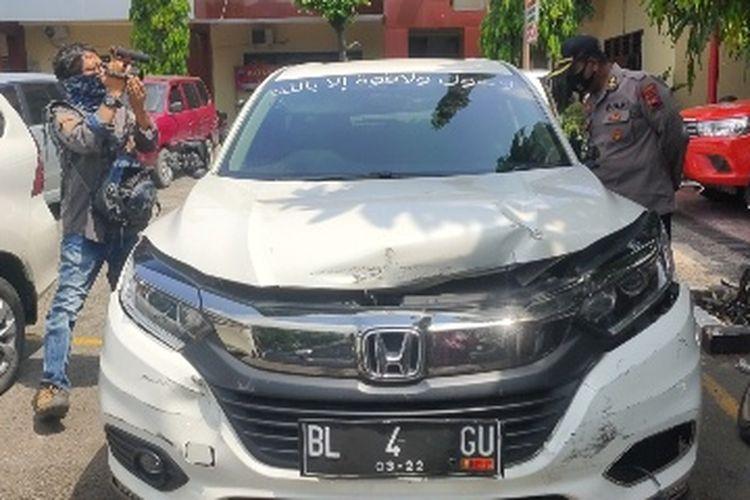 Orangtua korban atau suami Bupati Brebes Idza Priyanti, AKBP Warsidin melihat kondisi mobil pelaku yang diamankan di Mapolres Brebes yang digunakan pelaki untuk meneror anaknya, Senin (19/4/2021).