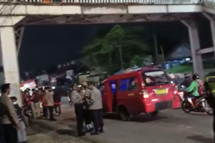 Polisi berjaga di lokasi bentrokan di Jalan Lenteng Agung Raya mengarah ke Depok tepatnya di sisi timur Stasiun Lenteng Agung, Jagakarsa, Jakarta Selatan pada Rabu (3/2/2021) malam.