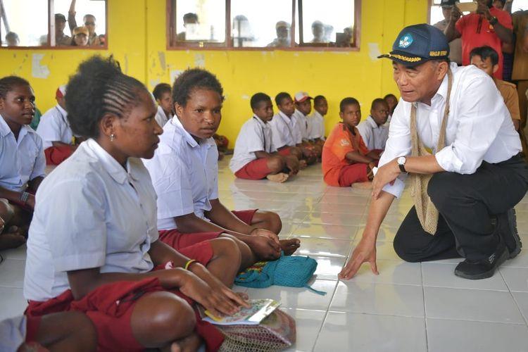 Mendikbud Muhadjir Effendy ketika mengunjungi salah satu sekolah di Wamena, Papua, Selasa (15/10/2019).