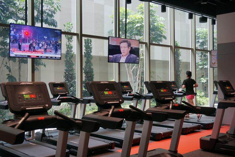 Seorang pegawai Shopee tengah berolahraga memanfaatkan ruang gym yang berada di Kantor Pusat Regional Shopee di Singapura, Kamis (17/10/2019).