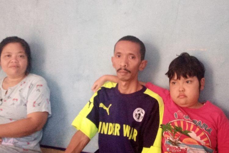 Salis, bocah penderita ITP dan sindrom MDS bersama kedua orangtuanya.