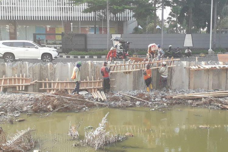 Sejumlah pekerja proyek pemasangan sheetpile di aliran Kali BGR, Kelapa Gading, Jumat (16/11/2018).