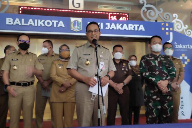 Gubernur DKI Jakarta Anies Baswedan bersama pimpinan daerah Jabodetabek menggelar konferensi pers terkait persiapan Lebaran Idul Fitri 2021 di Lobi Blok G Balai Kota DKI Jakarta, Senin (10/5/2021)
