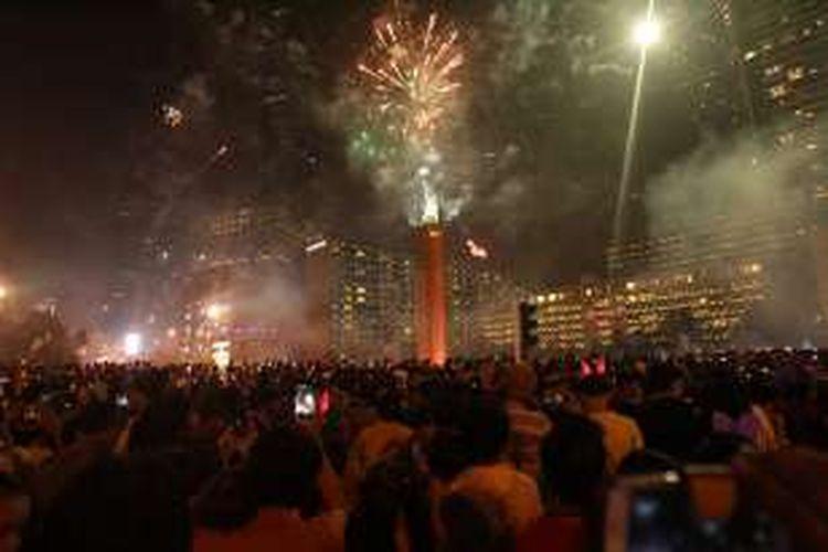 Pesta kembang api untuk merayakan malam pergantian tahun di kawasan Bundaran Hotel Indonesia, Jakarta, Jumat (1/1/2016).