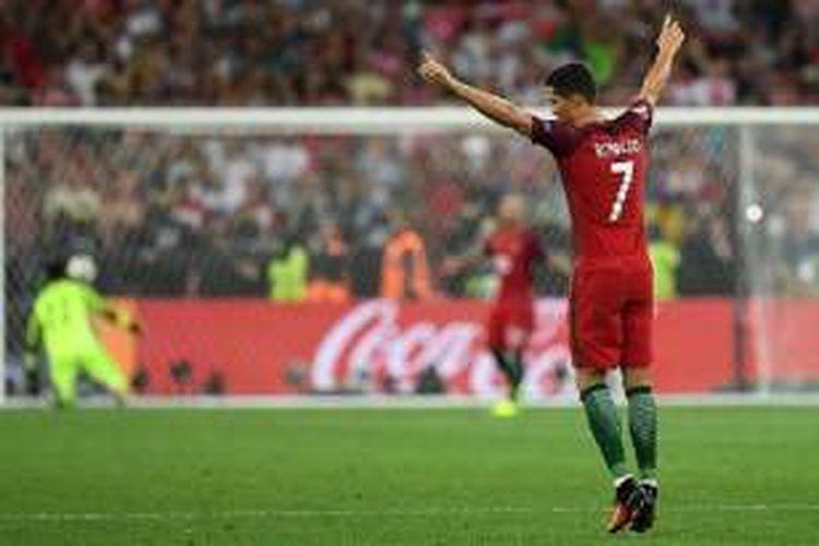 Cristiano Ronaldo merayakan keberhasilan Portugal menyisihkan Polandia dalam adu tendangan penalt pada perempat final Piala Eropa 2016, Kamis (30/6/2016).