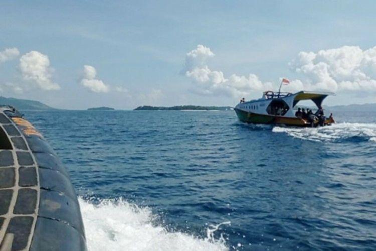 Distribusi logistik pilkada ke beberapa desa yang ada di pulau-pulau terluar wilayah Kabupaten Minahasa Utara, Sulawesi Utara, dikawal ketat aparat kepolisian dan TNI, Senin (7/12/2020).