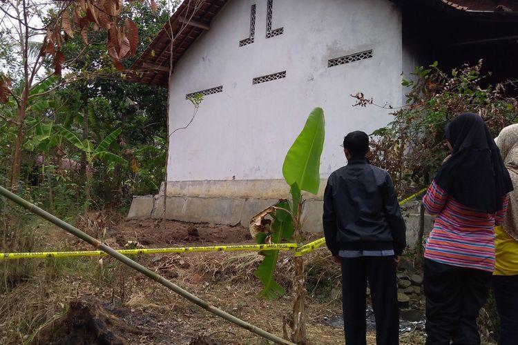 Lokasi penemuan empat kerangka manusia di Grumbul Karanggandul, Desa Pasinggangan, Kecamatan/Kabupaten Banyumas, Jawa Tengah, Minggu (25/8/2019).