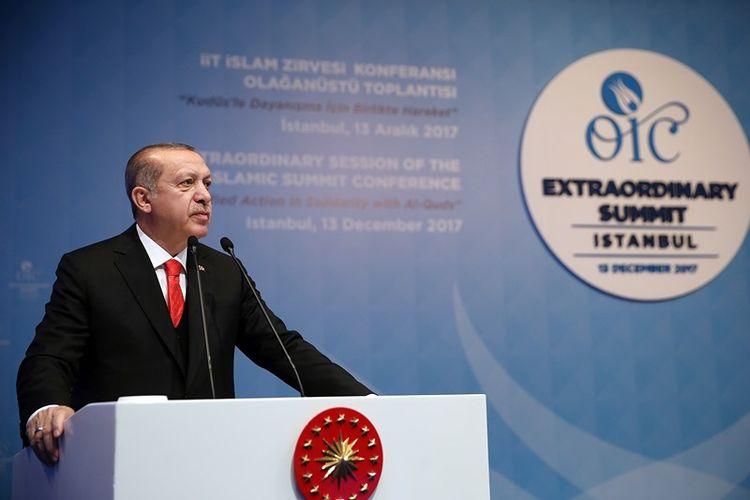 Presiden Turki Recep Tayyip Erdogan saat membuka KTT darurat OKI di Istanbul, Rabu (13/12/2017), untuk membahas langkah AS mengakui Yerusalem sebagai ibu kota Israel.