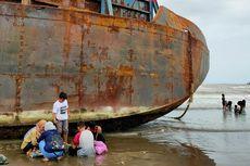 Sedang Antre Diperbaiki, Satu Kapal Tongkang Batu Bara Kembali Terdampar di Tegal