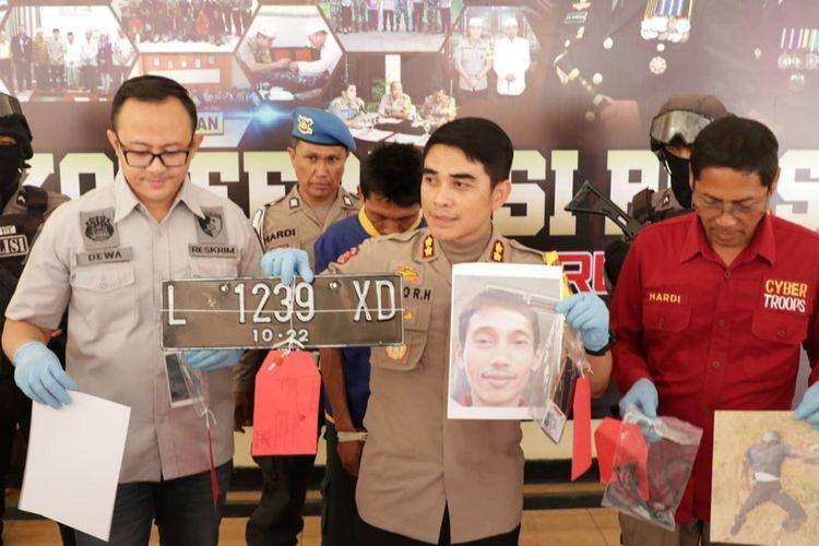 Polres Pasuruan menunjukkan barang bukti pembunuhan sopir GoCar.