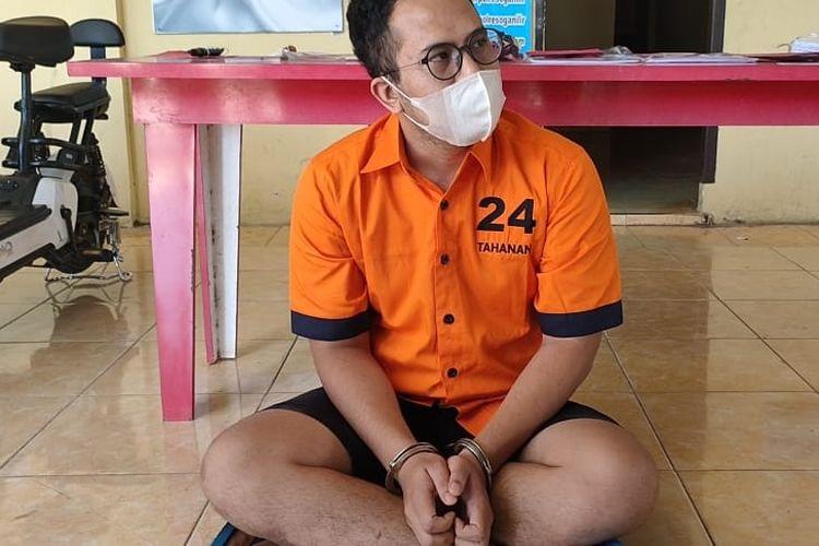 Dennys pria asal Cirebon Jawa Barat pelaku penipuan  rekan bisnis pembangunan jalan Tol Indralaya-Prabumulih berhasil ditangkap polisi.