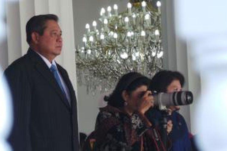 Ibu Negara Ani Yudhoyono menjadikan gladi bersih Upacara HUT RI di Istana Negara, Kamis (15/8/2013), sebagai objek fotonya. Ani memang diketahui memiliki hobo fotografi