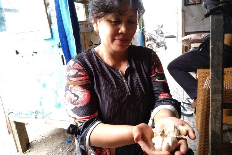 Pedagang menunjukkan stok bawang putih berkurang dan harganya naik 100 persen di Pasar Cikurubuk Kota Tasikmalaya, Rabu (12/2/2020).