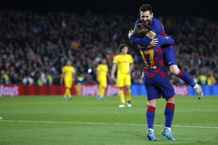 Penyerang Barcelona Antoine Griezmann (kiri) merayakan gol bersama Lionel Messi dalam pertandingan Grup F Liga Champions antara Barcelona vs Borussia Dortmund di Stadion Camp Nou di Barcelona pada 27 November 2019.