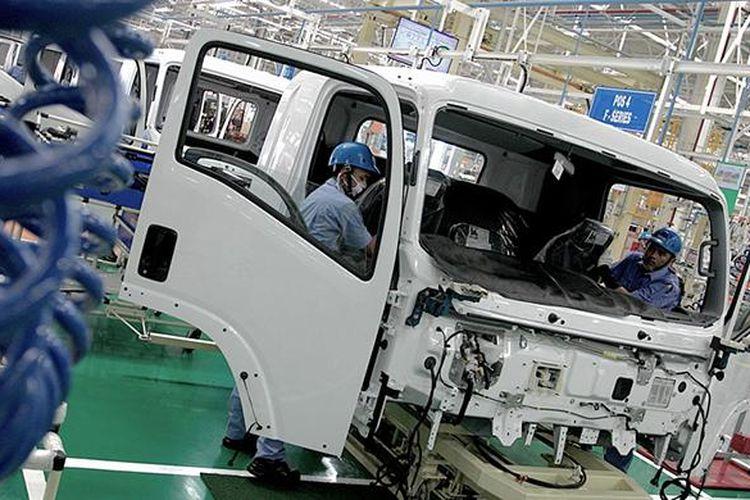 Kredit: Arief Kamaludin|Katadata. Suasana aktivitas pabrik perakitan kendaraan milik PT Isuzu Astra Motor Indonesia (IAMI) di Kawasan Industri Suryacipta, Karawang Timur, Jawa Barat.