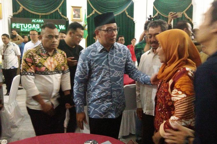 Gubernur Jawa Barat Ridwan Kamil saat menyapa perwakilan keluarga petugas penyelenggara Pemilu 2019 yang wafat di Gedung Sate, Jalan Diponegoro, Selasa (23/4/2019).
