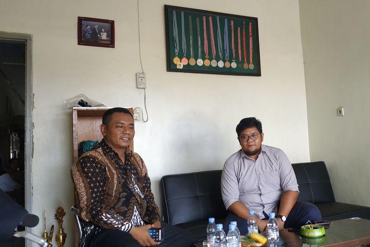 Rahardian (berkacamata), salah satu anggota tim pendampingan psikologi KONI Jawa Timur saat datang di rumah SAS di Kediri, Jawa Timur, Rabu (4/12/2019).