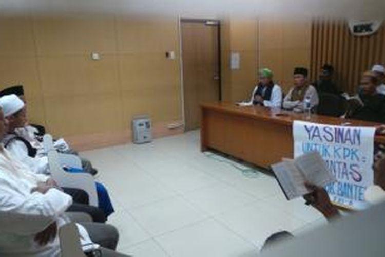 Sekitar 30 pria yang mengaku berasal dari Persatuan Ulama dan Santri se-Banten Raya menyambangi Gedung Komisi Pemberantasan Korupsi, Jumat (25/10/2013), menggelar pembacaan Surat Yasin Al Quran, untuk KPK.