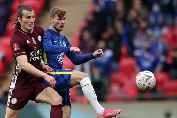 Bek Leicester City Caglar Soyuncu berduel dengan penyerang Chelsea Timo Werner pada laga final Piala FA di Stadion Wembley, Sabtu (15/5/2021) malam WIB.