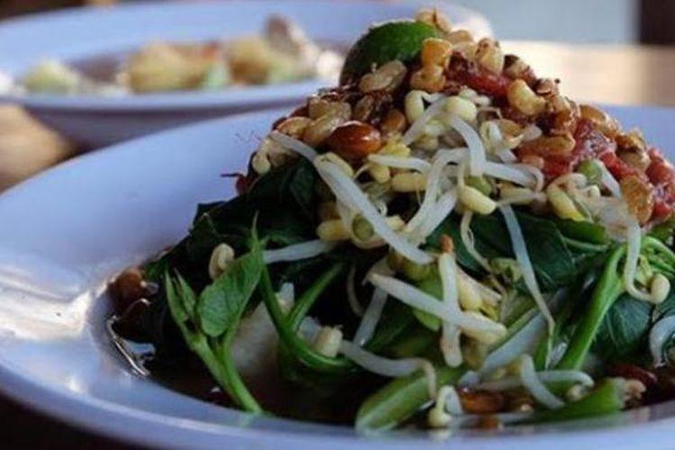 Tipat Serombotan, salah satu kuliner masa lalu orang Bali, tersaji di Warung Pantjoran di Denpasar.