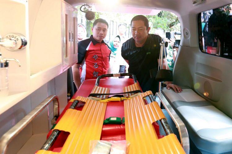 Wali Kota Semarang Hendrar Prihadi (kanan) menyaksikan fasilitas layanan kesehatan Ambulans Hebat untuk warga.