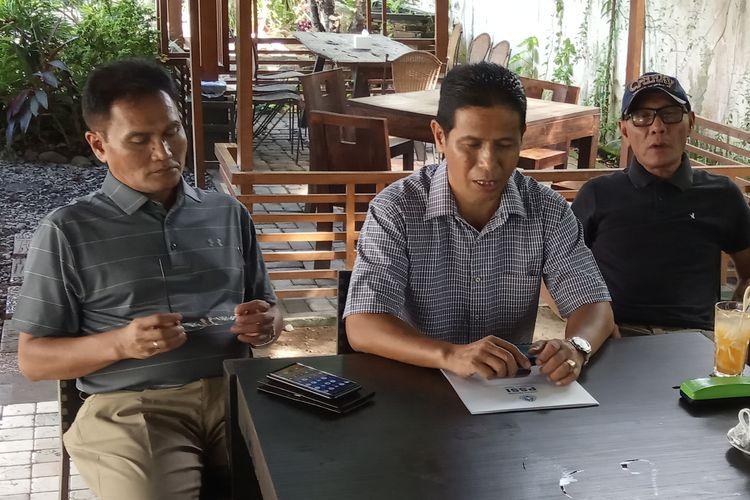 Ketua PSSI Sumatera Barat Indra Datuak Rajo Lelo (tengah)  sedang memberikan keterangan pers,  Sabtu (20/4/2019)  di salah satu rumah makan.