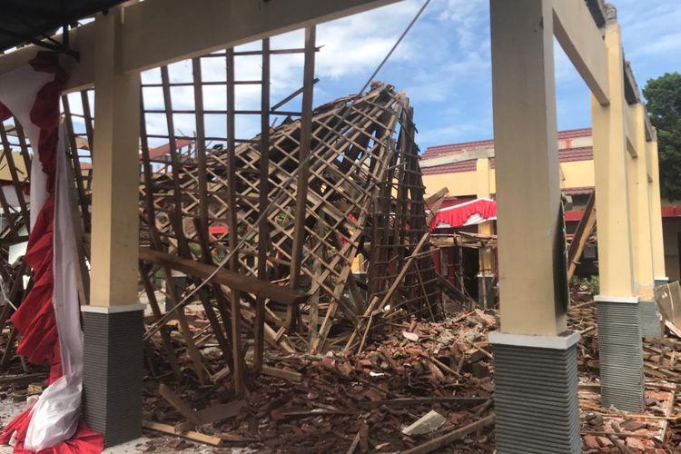 Kondisi aula kantor kelurahan sumbersari, Jember yang ambruk karena bangunan sudah rapuh