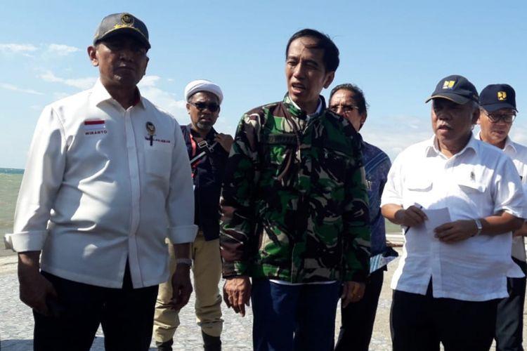 Presiden Joko Widodo dan Menteri PUPR Basuki Hadimuljono beserta Menkopolhukam Wiranto meninjau Pantai Talise, Palu, Sulawesi Tengah, Minggu (30/9/2018).