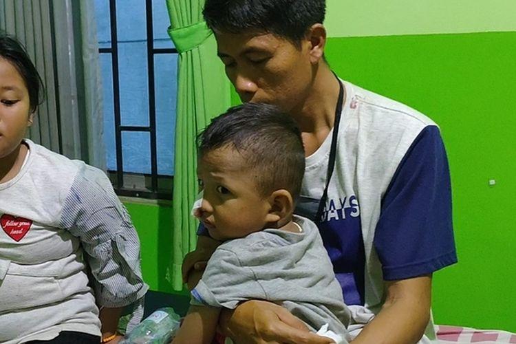 Sukri dan kedua anaknya yang selamat dalam kecelakan yang menyebabkan dua orang meninggal dunia di jalan lintas timur Palembang-Ogan Ilir, Minggu (27/9/2020) sore.