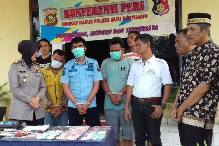 Jandri Pirzadah (29) oknum sipir di Lapas Sekayu, Kabupaten Musi Banyuasin (Muba), bersama dua rekannya  Helmi Heryanto (35) dan lpian alias Koyen (42) tertangkap tangan saat memasok sabu didalam lapas.