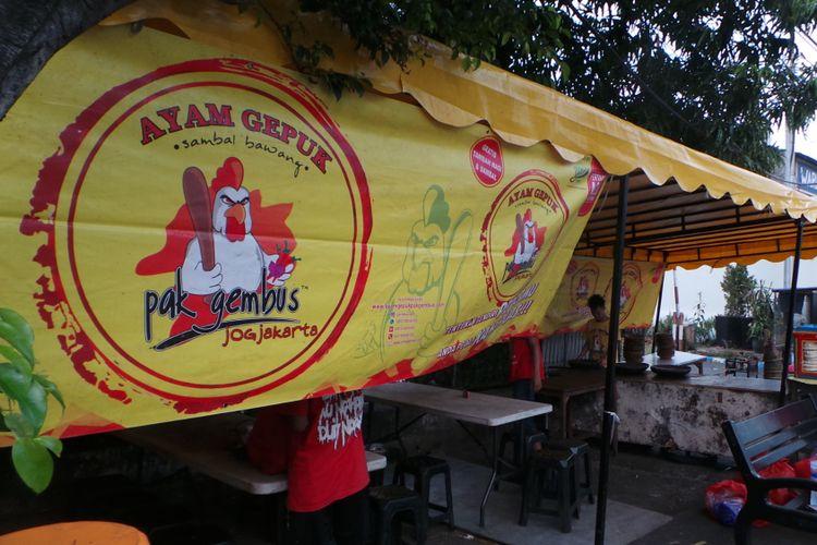 Warung ayam gepuk Pak Gembus di Jalan Pesanggrahan, Jakarta Barat.