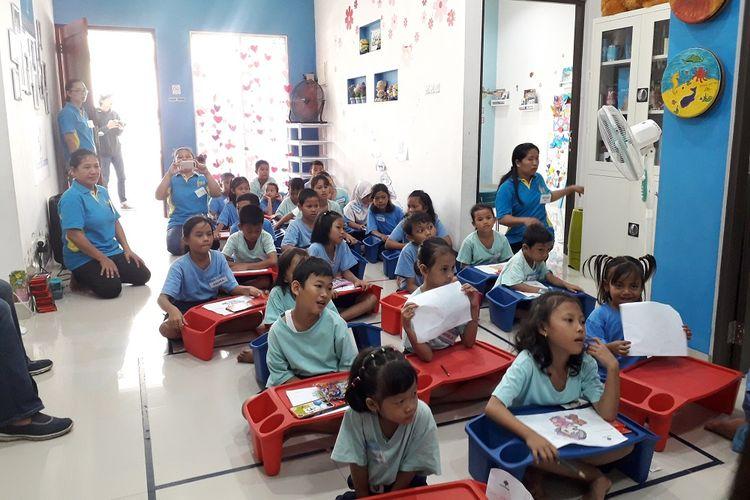 Suasana Rumah Belajar Saab Shares, di Cengkareng, Jakarta Barat. Sabrina dan Elena mendirikan rumah belajar itu empat tahun silam agar bisa membantu anak-anak kurang mampu di lingkungan itu dari segi pendidikan.