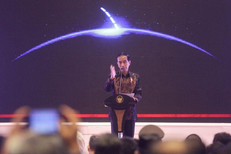 Presiden Joko Widodo menyampaikan pidato saat penutupan Rakernas Apeksi 2017 di Hotel Savana, Malang, Jawa Timur, Kamis (20/7/2017). Kegiatan tersebut diselenggarakan selama tiga hari dan diikuti Wali Kota serta delegasi dari 98 kota se-Indonesia.