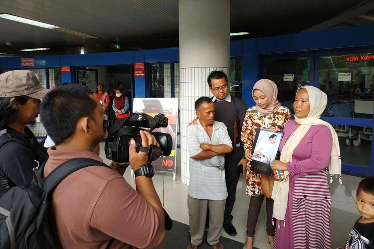 Siti Romlah dan Muhammad Mughni menunjukkan bayi yang diduga tertukar bersama pengacara mereka Mohammad Sholeh di RSUD Dr. Soetomo, Surabaya, Senin (15/4/2019).