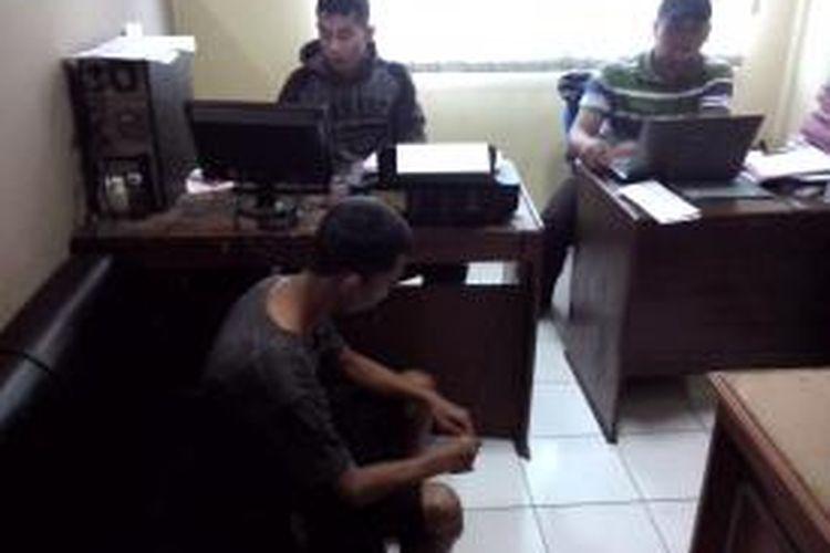 Pelaku sekaligus gembong curanmor sedang dimintai keterangan petugas kepolisian, Selasa (3/12/2013).