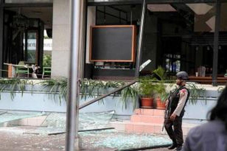 Kedai kopi Starbucks yang hancur terkena ledakan bom di Jalan MH Thamrin, Sarinah, Jakarta Pusat, Kamis (14/1/2016). Serangkaian ledakan menewaskan sejumlah orang, terjadi baku tembak antara polisi dan beberapa orang yang diduga pelaku.