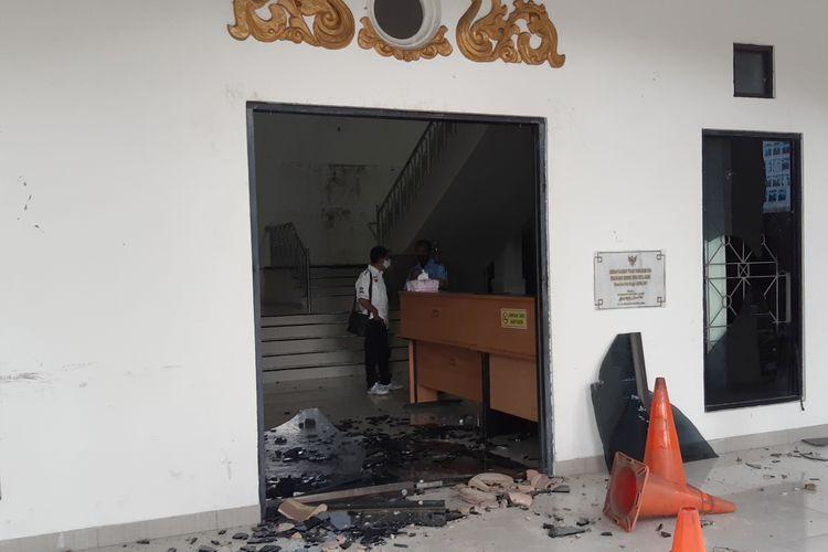 Pintu depan kantor DPRD Kota Jambi hancur dilempar batu oleh sekelompok anak usia sekolah, pada Rabu (7/10/2020).