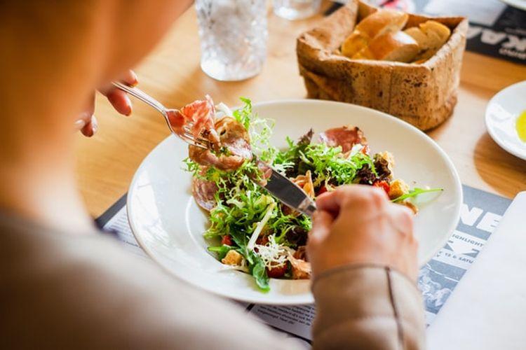 Makan perlahan memungkinkan kita untuk lebih menikmati makanan dan membuat kita lebih cepat kenyang.