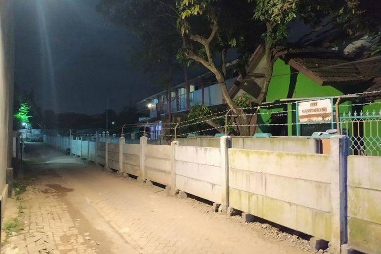 Dinding sepanjang kurang lebih 300 meter yang menutupi akses Asep beserta keluarga yang tinggal menetap di gedung fitness di balik dinding tersebut. Lokasi dinding dan gedung fitness itu berada di Tajur, Ciledug, Kota Tangerang, Banten.